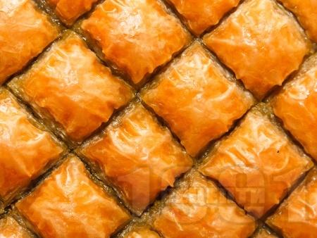 Баклава с готови кори и плънка от орехи - класически десерт - снимка на рецептата